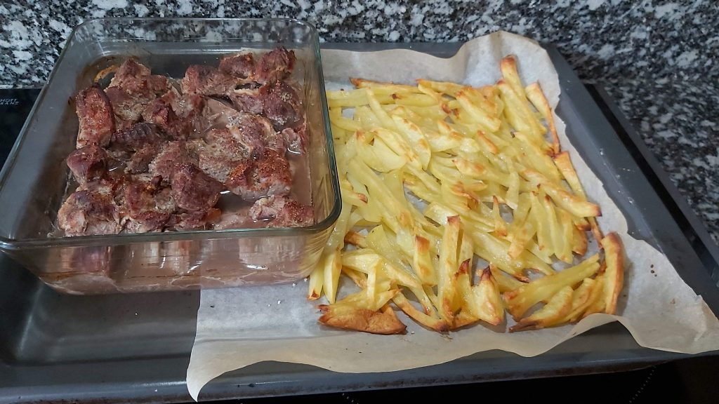 patatas en papel de hornear
